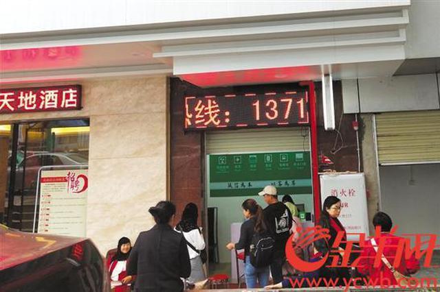 广州塔附近黑旅行社猖獗 记者调查被围堵翻包抢传单