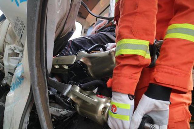 小货车清晨追尾泥头车 公明消防中队成功解救被困司机