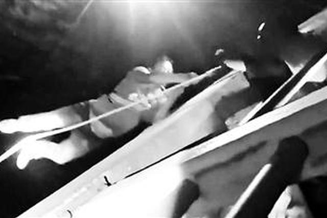 消防员通过垂直吊升的方式将3名工人成功营救上岸 救援视频截屏