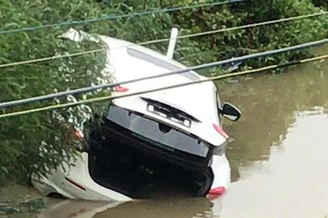 珠海百萬瑪莎拉蒂提車3小時后沖進魚塘 車內有3男1女