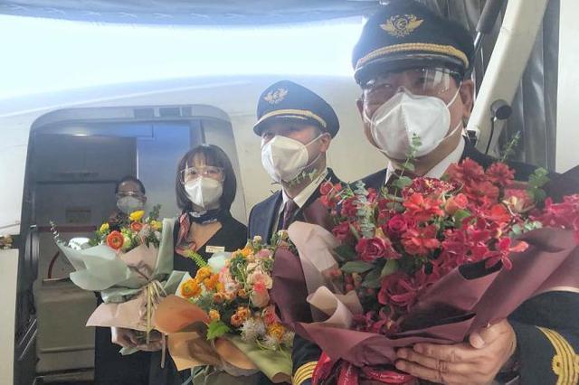 深圳迎来武汉复航国内首飞航班 两地正式恢复通航