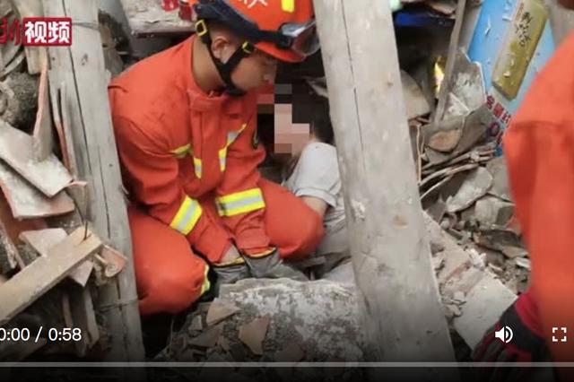 广东江门一房屋倒塌致一人被压 消防紧急救援