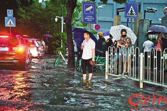 暴雨突袭广州一小时内预警连升三级 城区多处积水
