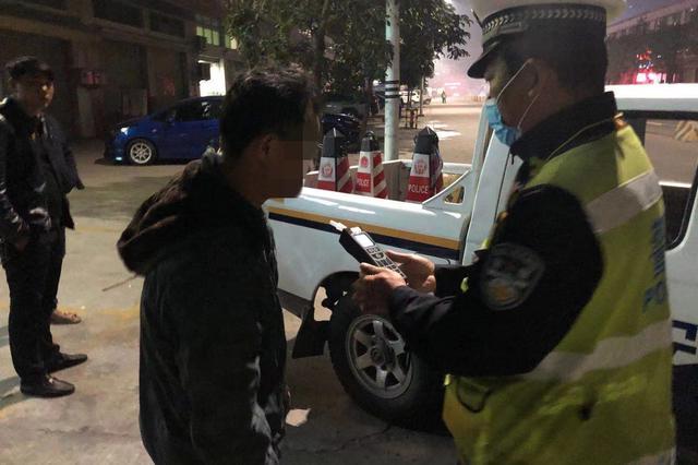 离家20年湖南男子在广东酒驾 交警查处后助其与家人团聚