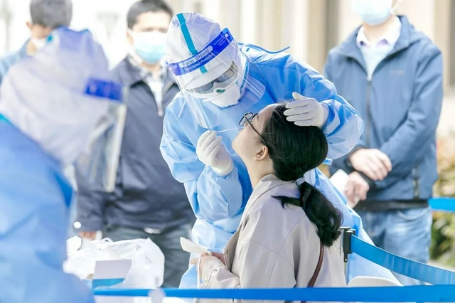 广州越秀核酸检测现场:绿码黄码分通道检测