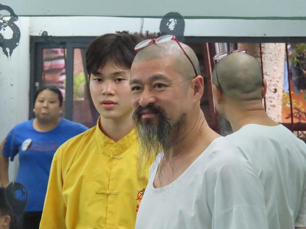 米机王咏春馆馆长黄念怡先生到现场观看孩子们学习