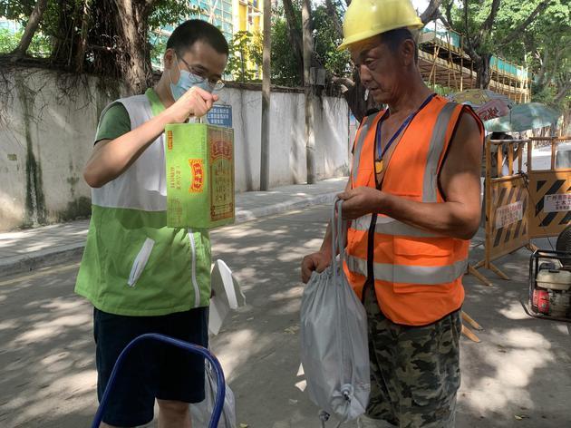 次日,恒福社工走访江海街部分建筑工地,将物资送达工人手上。