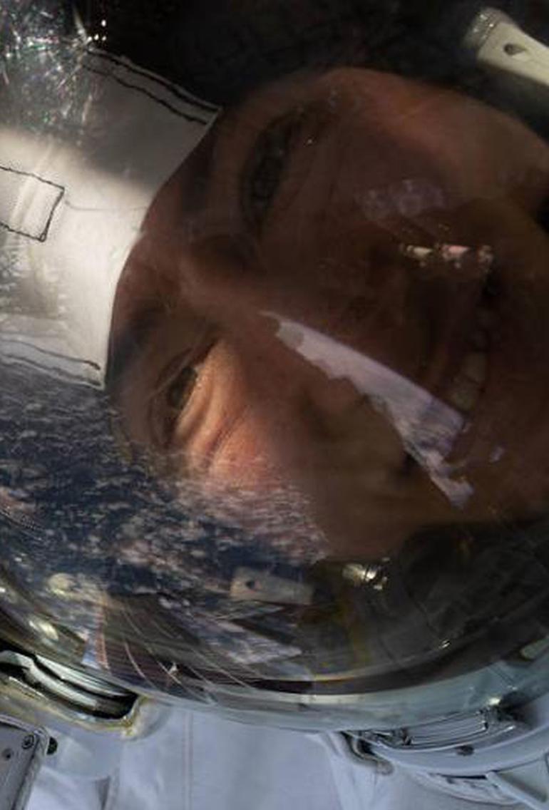 太空行走自拍 NASA公布宇航员照片