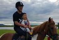 吴京带儿子骑马超帅气