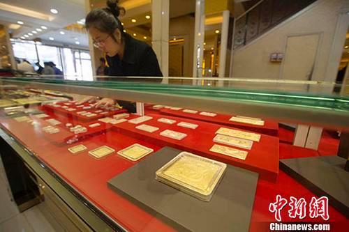 资料图:金店工作人员正在清点黄金制品。中新社记者 张云 摄