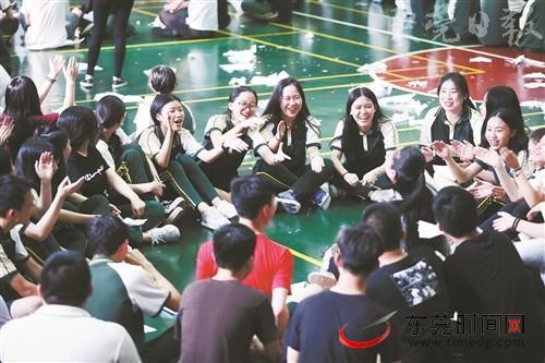 班主任带领学生分享活动感受 记者 郑家雄 摄