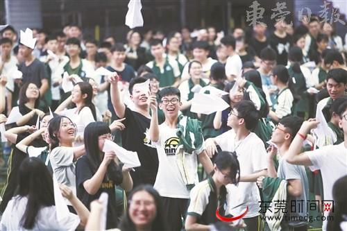 5月8日,高考前减压活动在厚街中学举行,图为《放飞梦想》活动,学生写下优势折成纸飞机一起放飞 记者 郑家雄 摄