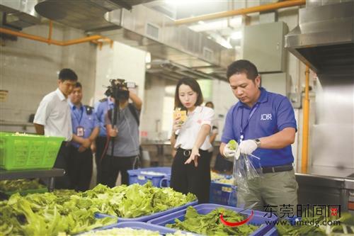 ■昨日,执法人员提取备用蔬菜进行食品安全检查 记者 李梦颖 摄
