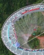 男子500米高空挑战三大钢丝项目