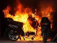 广州一电动车冒出浓烟 车尾起火燃烧喷完一瓶灭火器