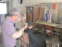 番禺无名理发店店主名声在外 40年良心价照顾街坊