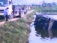 货车翻落鱼塘 柴油溢出影响鱼群