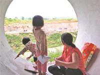 母女三人在水管里安家