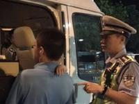 在排查醉驾的过程中,交警发现一名醉驾嫌疑人的车上后排座位有其未满2岁的儿子。 由于现场一时找不到其亲属接走小孩,民警就将小孩先送到事故中队办公室照顾,并安排一名细心的女辅警悉心照料。