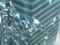 台风山竹致香港多栋大厦玻璃窗尽毁 杂物漫天飞舞