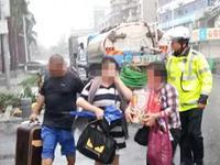 广州女司机到珠海看台风 车身被淹不肯走:我的宝贝