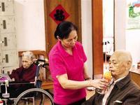 在广州市一家长护定点机构,护理员正在照顾老人家。 通讯员供图