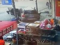 小轿车迎面撞向路边停靠的SUV 现场多人倒地(图)