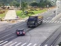 广州一超载货车闯红灯撞上小轿车 车内警察1死1伤