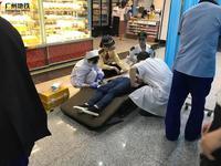 广州一女子地铁站内突然晕倒 呼吸不畅没有意识