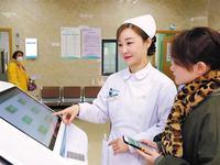 医护人员为体检者引导使用智能导检系统 王阳 摄
