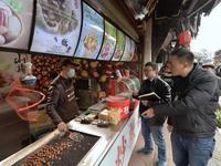 成都洛带古镇商家在水沟里洗餐盘 景区:已进黑名单