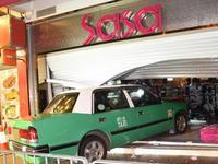 香港一出租车冲入化妆品店 6旬司机涉危险驾驶被捕