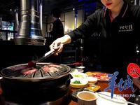 广州餐厅强制消费:晚市烤肉两份起点 靠窗茶位贵12倍