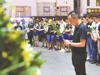 深圳玻璃窗砸中男童昨晨不幸离世 数百市民自发送别