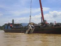 6月16日,救援人员在第二辆落水车辆被发现处实施救援工作。