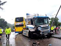 香港一公交车与一拖架车相撞至少9人伤 警方调查