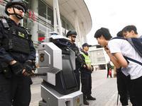 新警用机器人助力广州春运引围观 协助做好春运安保