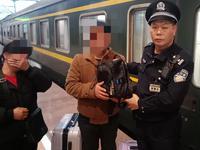 旅客大意错拿价值5万余元行李 深铁乘警车上找回