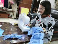 中山市中医院护士手工裁剪缝制爱心口罩 免费派患者