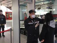 广州地铁员工放弃休假返岗 春运来测体温近万余人次