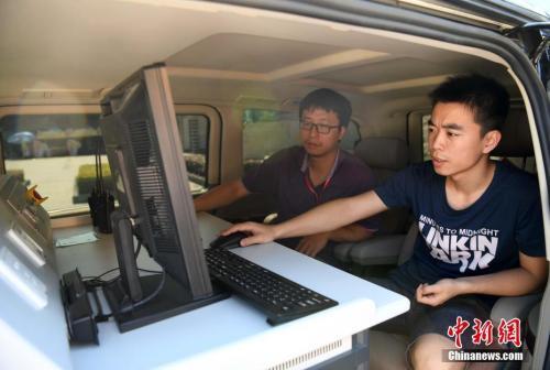 资料图:2017年高考,技术人员在福州一考场开展无线电信号监测。张斌 摄