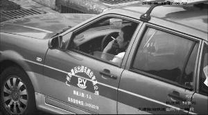 ▲市交委执法局通过视频监控,查处多宗出租车司机车内吸烟违章行为。   信息时报记者 康健 翻拍