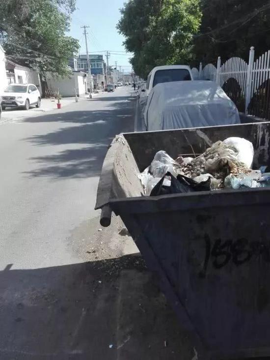 李某撞向的垃圾桶