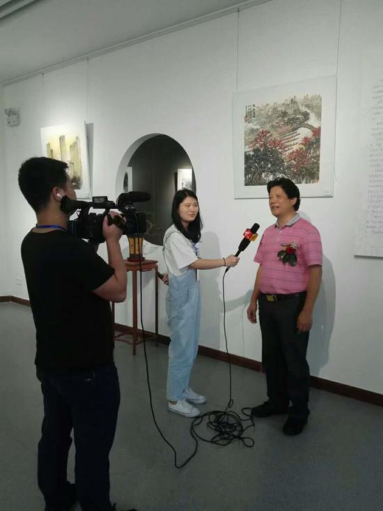 华南师范大学美术学院教授 李启色接受记者采访
