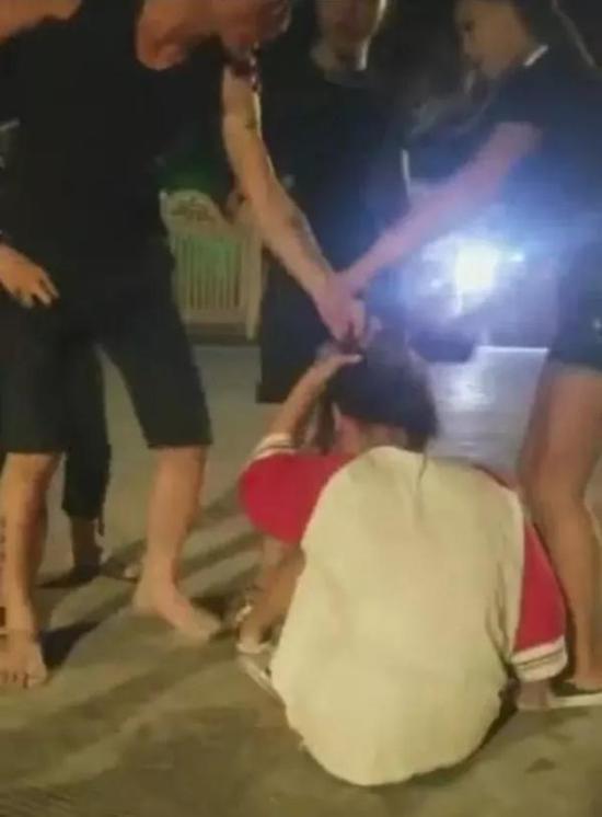 广东汕头市潮南区一男子无故欺凌、毒打他人。 截屏图