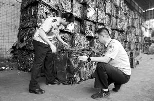 黄埔海关工作人员现场查封废钢。通讯员供图