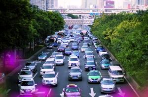 昨日下午5点30分左右的下班高峰期,广州大道中华穗路对出路段双向行驶非常缓慢。