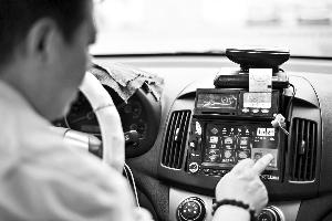 昨日,广州最后一批出租车完成调表。 信息时报记者 康健 摄