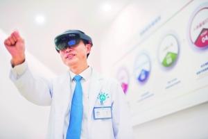 今年3月,广东省人民医院院长庄建教授亲身示范利用虚拟现实技术观察心脏结构。信息时报记者 梁钜聪 摄