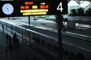 昨日凌晨,开往湛江西的首班高铁等待出发。